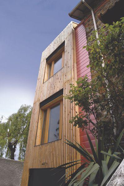 Cette extension à ossature bois sur quatre niveaux est recouverte d