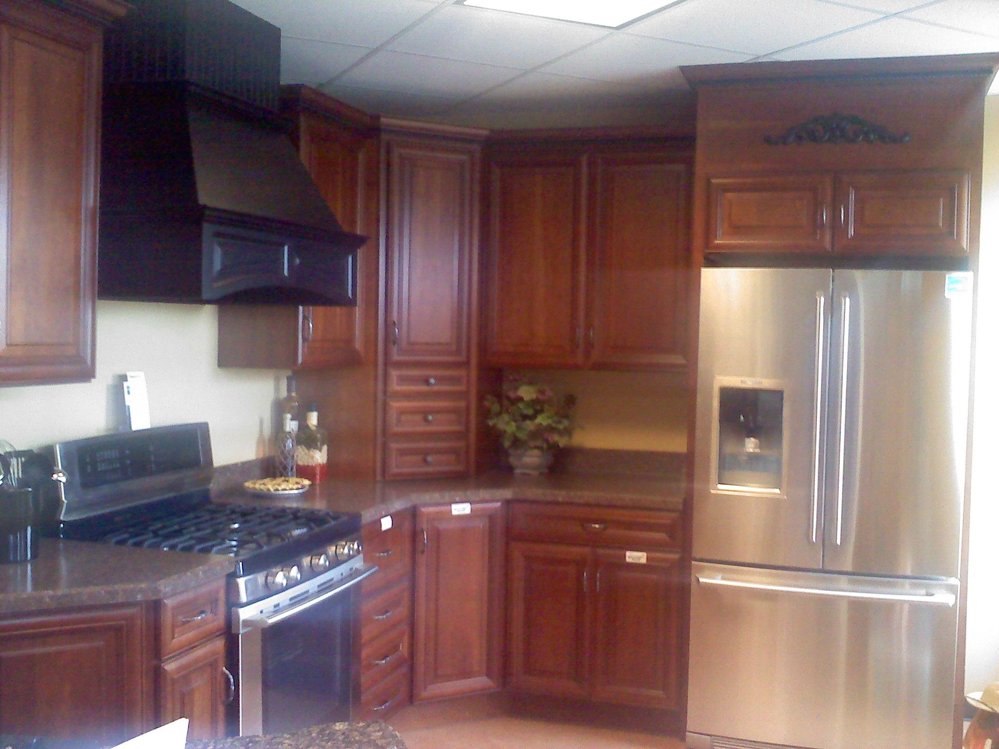 Caruso S Cabinets Wellborn Cabinet Savannah Cherry Cocoa Java Hood Accents In Maple Midnight Wellborncabinet Wellborn Cabinets Cabinet Kitchen