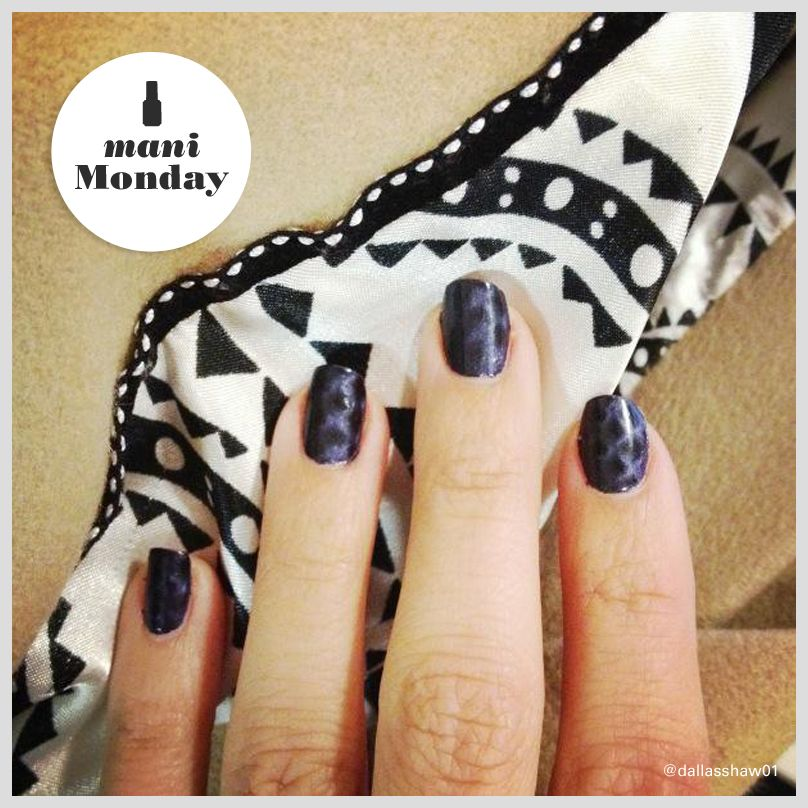 Style expert Dallas Shaw proves her 'snake it up' mani is the ultimate accessory.