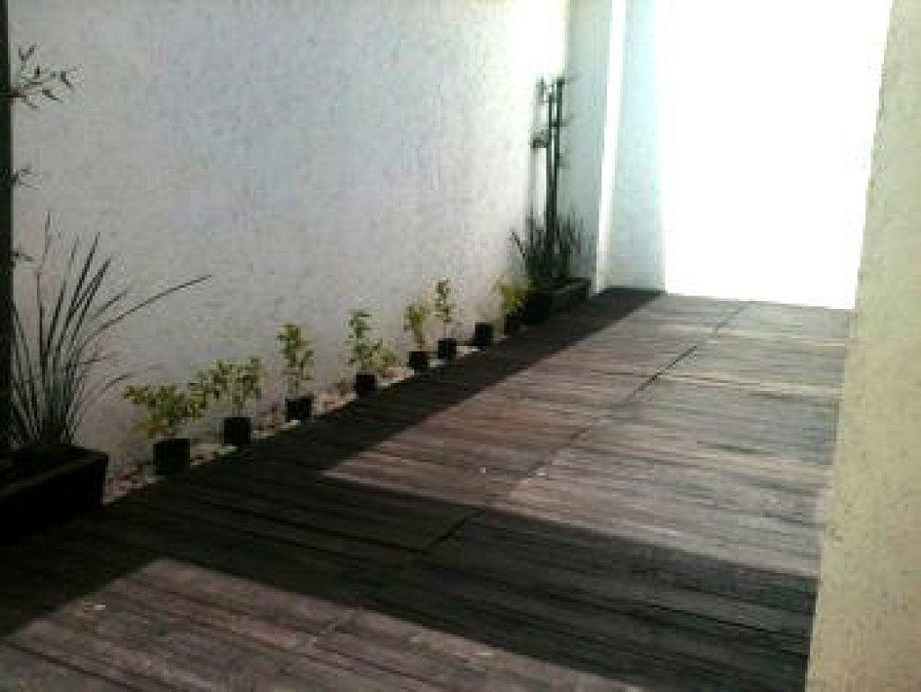 Proceso para poner suelo de madera en el jard n o la - Suelo madera jardin ...