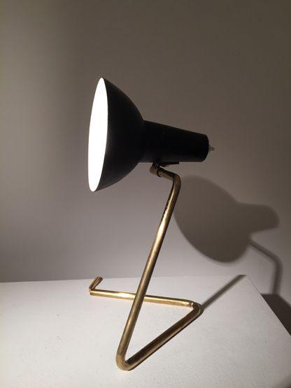 Petite lampe de bureau laquée noir Gino Sarfatti, Edition Arteluce n°551, 1952 H : 30 cm ; P : 15 cm Prix sur demande