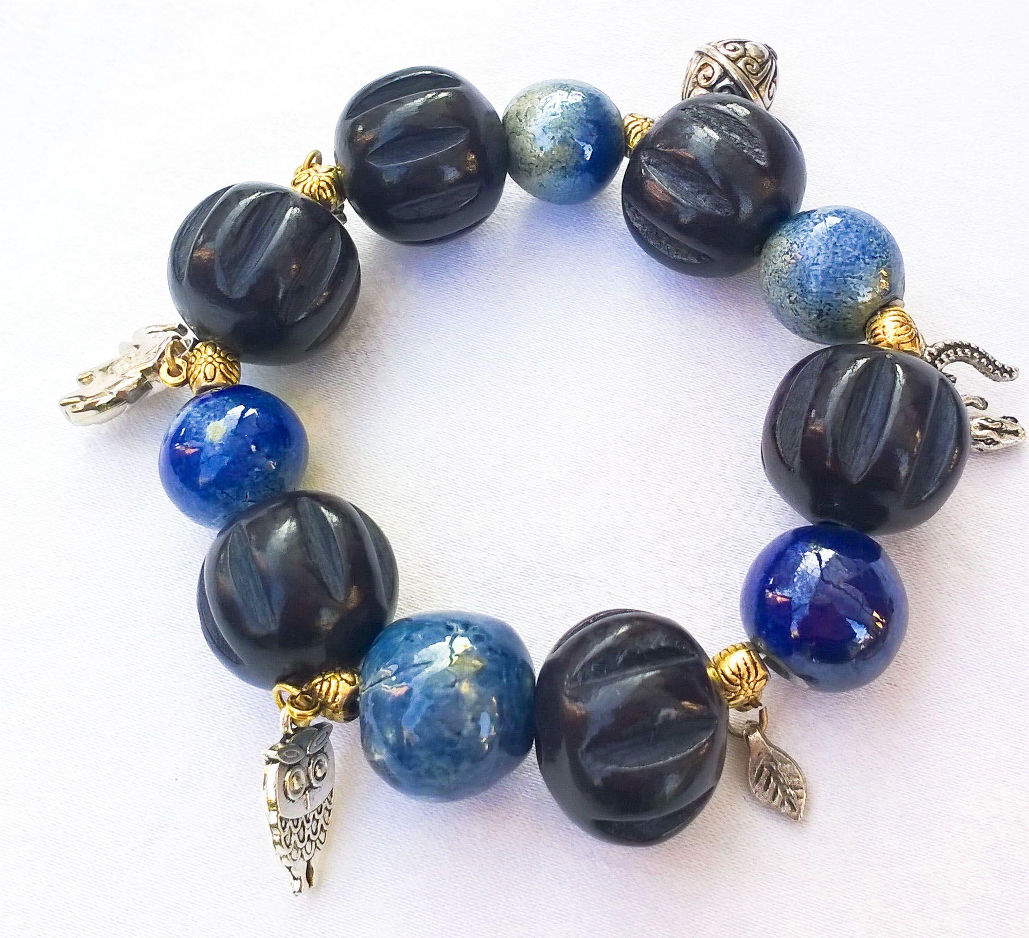 bracciale toni del blu, perle in ceramica raku, legno intervallati da pendenti