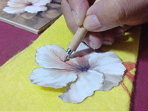 Arte Francés 4.- Con el bolillo nº 1 marcar los detalles de la flor para dar forma (foto 3) y con el nº 8 por el revés para dar volumen. Bolear bien en el centro de la flor para que tenga movimiento. (Foto 4)