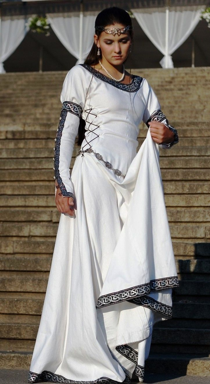 Chess Queen - medieval dress renaissance clothing. Looks Celtish.
