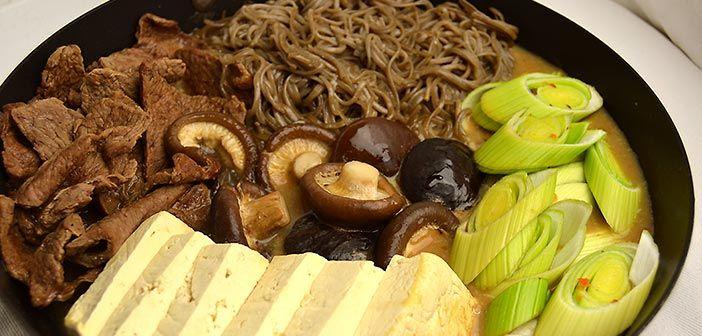 Sukiyaki on japanilaisten kylmien päivien lihapata. Hyvin maukas ja helppo kuin mikä tehdä.