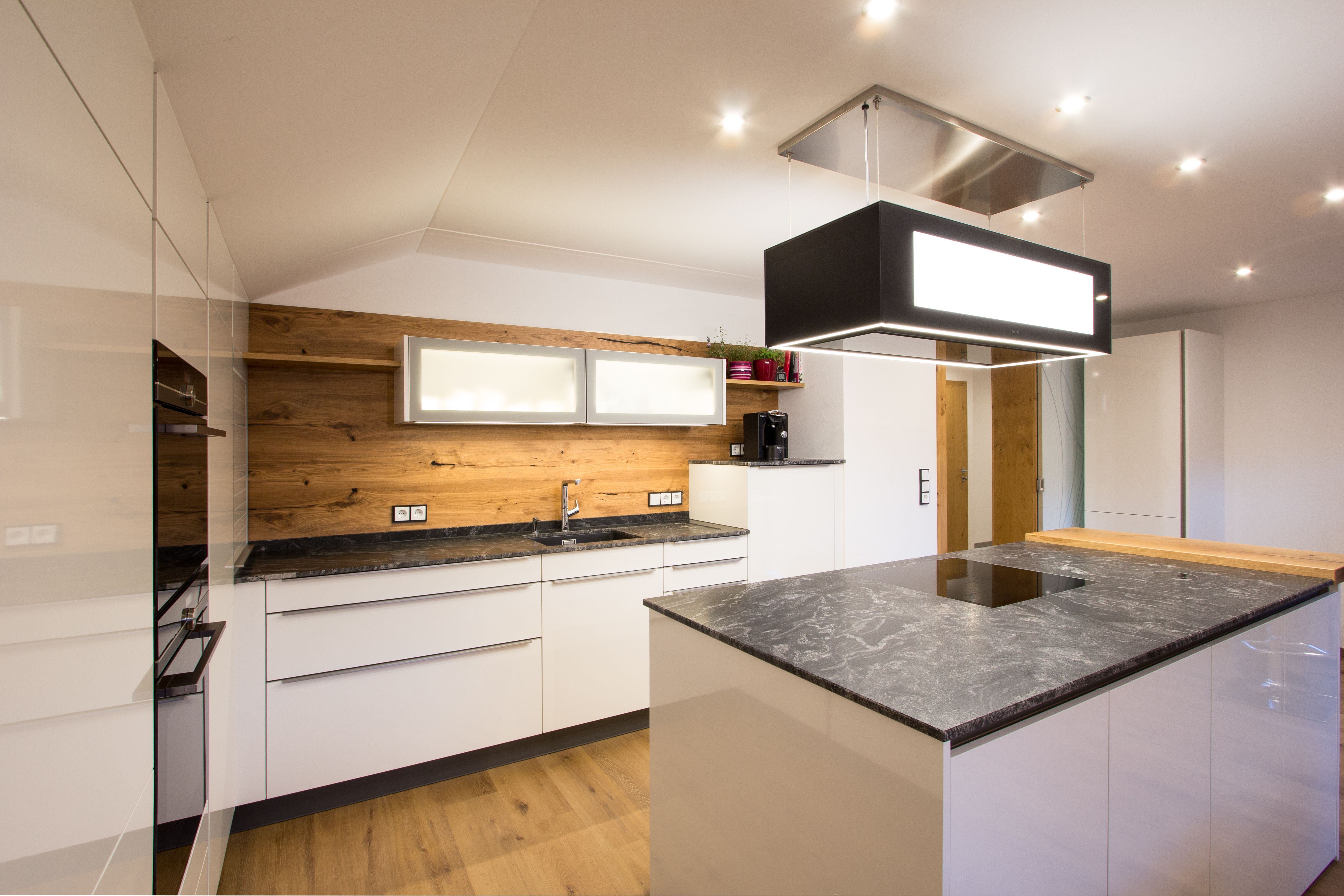 Moderne Kuche Mit Holz Moderne Kuche Kuche Gemutliche Einrichtung