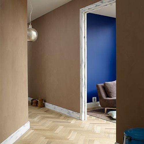 Flur...braune Wand, Weiße Kanten Um Größe Zu Lassen.