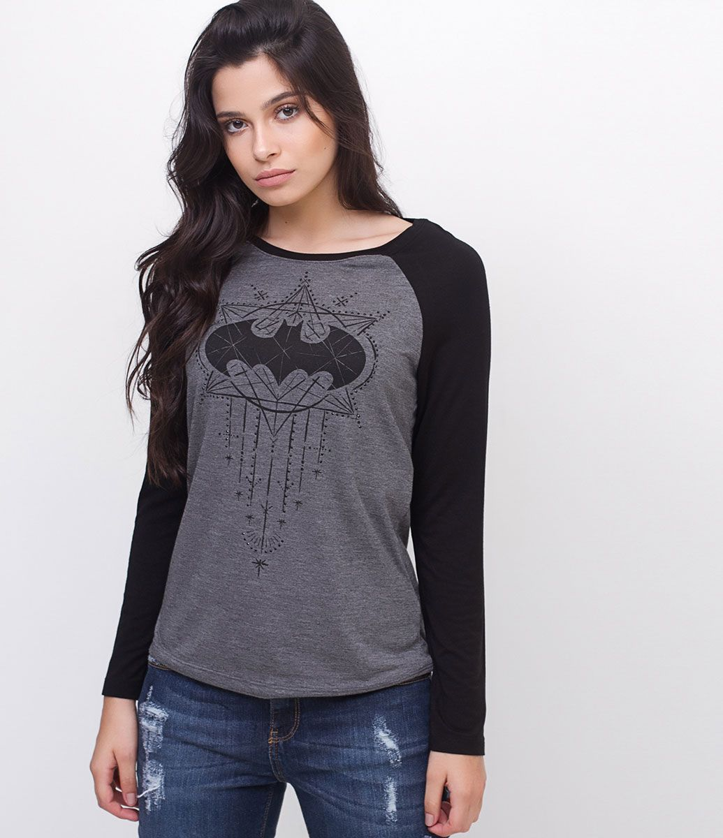 Blusa feminina Manga longa raglan Com estampa Batman Com brilho Marca  DC  Comics Tecido  viscose Modelo veste tamanho  P Medidas da Modelo  Altura  1 1c699a274d853
