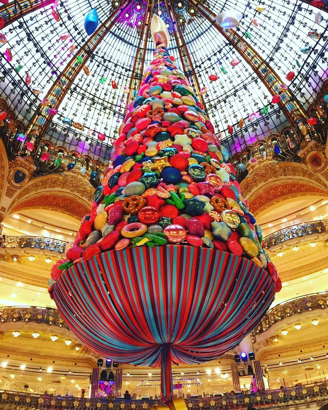 A Arvore De Natal Das Galerias Lafayette Em Paris Um Charme Lampeberger Lampebergerbr Lamparina Aromatizadordeambiente Natal Em 2020 Lamparina Galerias Paris