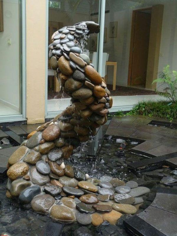 garten mit einem wasserbrunnen aus steinen skulptur. Black Bedroom Furniture Sets. Home Design Ideas