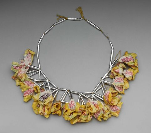 Katherine Westphal, USA: Necklace, silk thread, silver foil, printed and painted paper
