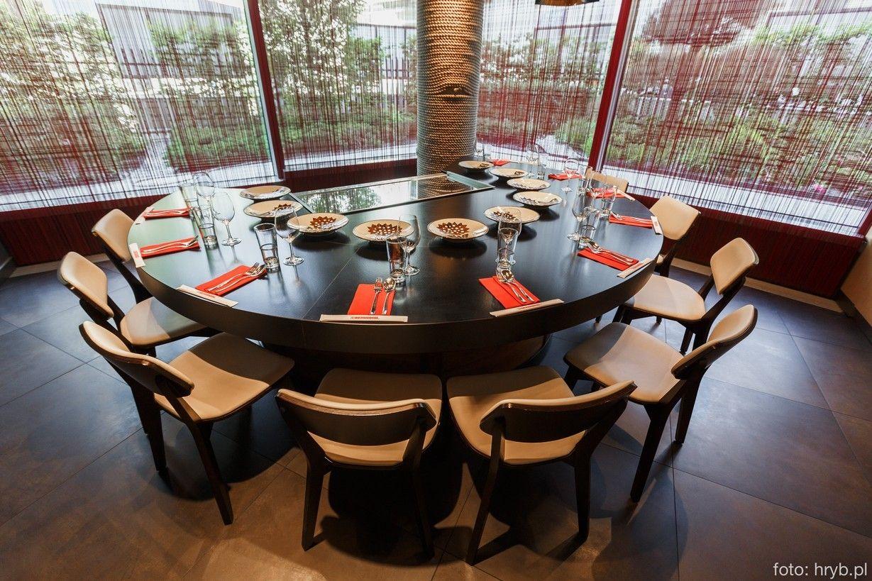 Benihana To Pierwsza Na Swiecie Japonska Restauracja Teppanyaki Zalozycielem Byl Rocky Aoki Ktory W 1964 Dining Table Conference Room Table Conference Room