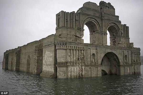 8 lugares incríveis que emergiram da água Essa igreja católica do século XVI foi abandonada em 1773. O governo construiu uma barragem no rio Grijalva, o que inundou toda a região, inclusive a igreja. No entanto, uma recente seca proporcionou essa visão rara.