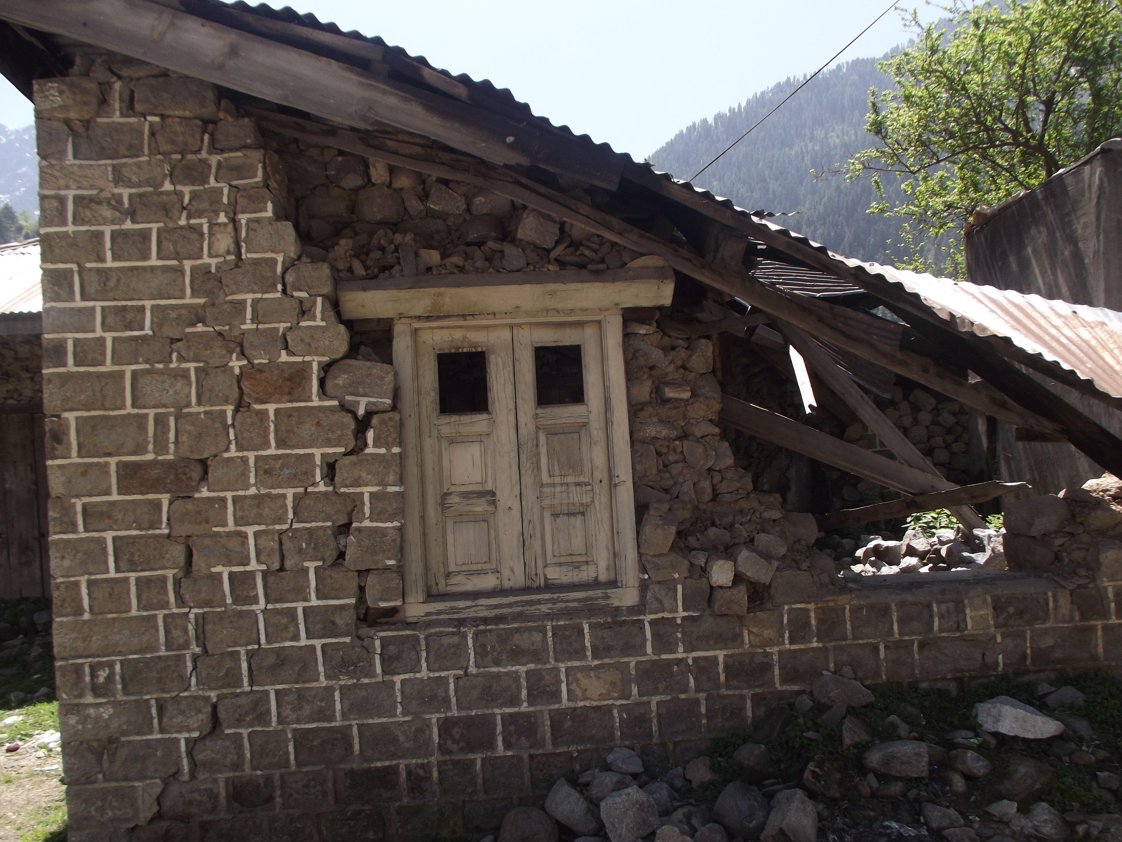 Kashmir Keran Broken Old House Stone Walls Wooden Rafters And Windows Steel Sheets On Roof Stone Wall Old House House Styles