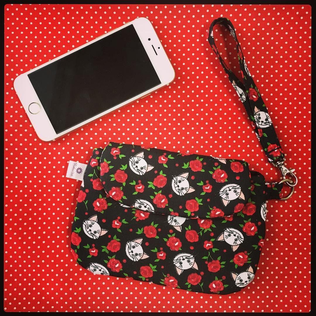 Bolsinha de mão tipo clutch: serve como #carteira #portacelular #portadocumentos #bolsa #bolsinha #bolsinhas Encomenda pronta! #gatinhos #rosas #vermelho #preto #celular #portapassaporte #carteirademao #clutch