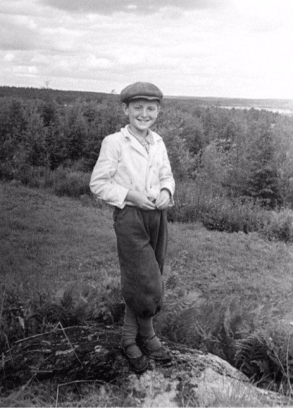 Иосиф Бродский вовремя отдыха впионерском лагере. Посёлок Поляны, 1948 год