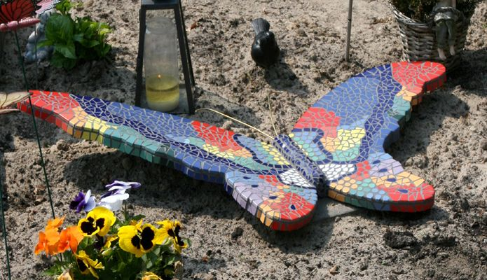 Een grafmonument in de vorm van een vlinder, geheel van mozaïek | Vind meer inspiratie over grafmonumenten voor de begrafenis en de crematie op http://www.rememberme.nl/urnen-grafkisten-grafmonumenten/