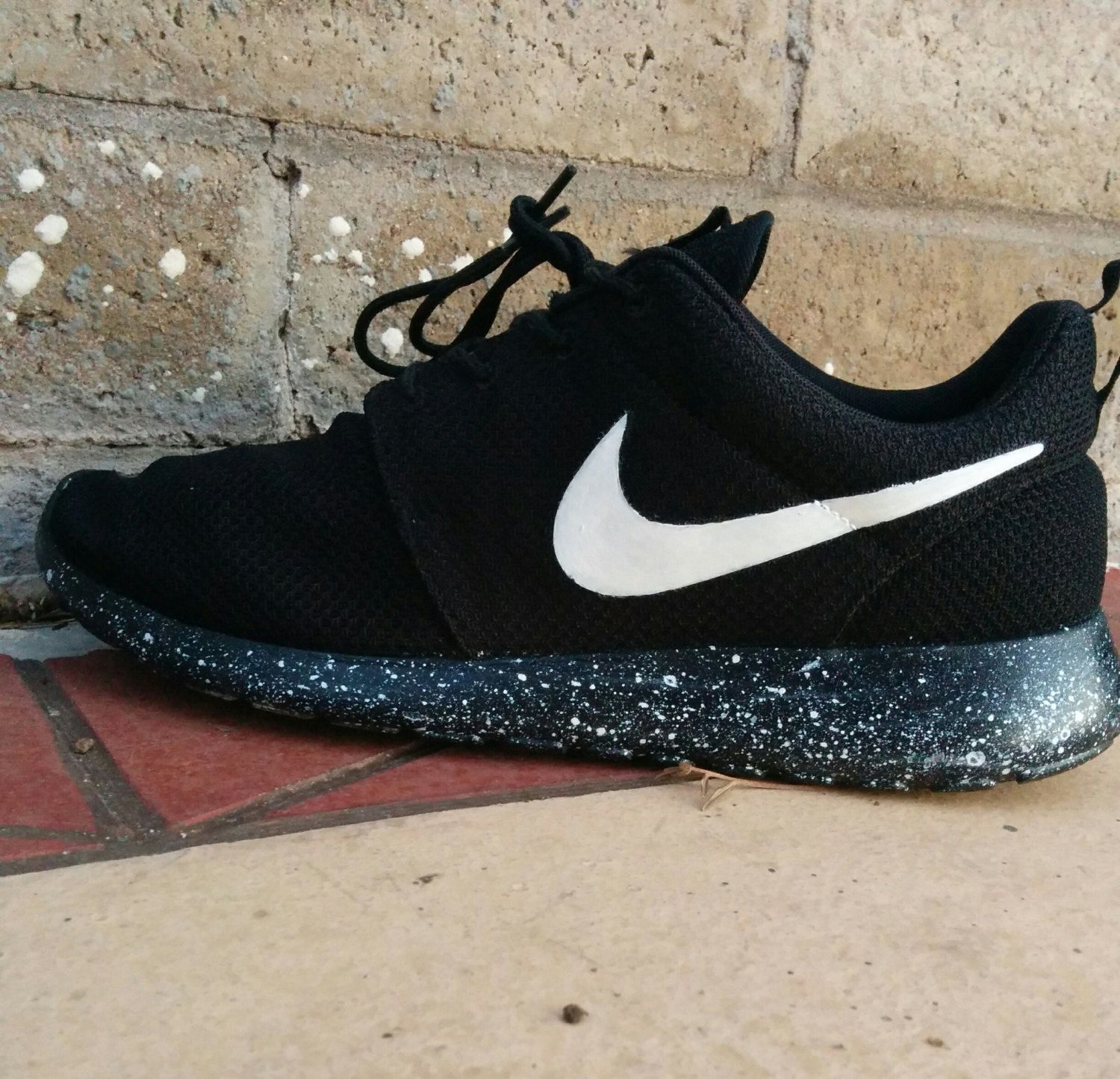 nike roshe run black sole and white logo