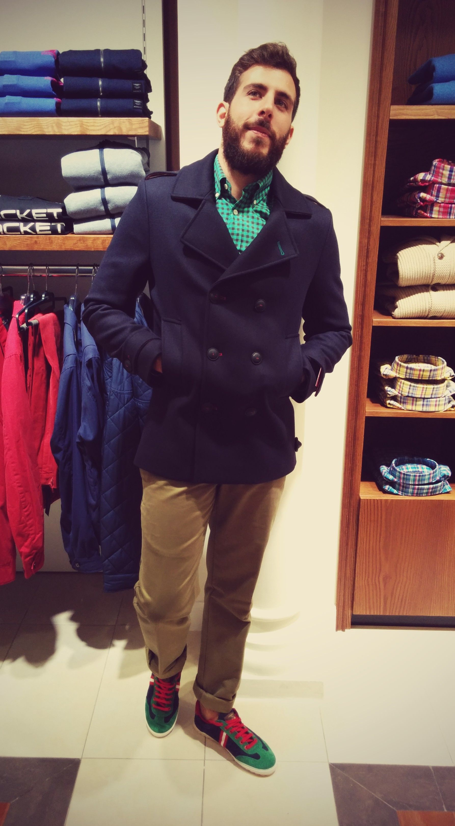 Abrigo El Ganso Azul Marino pantalon verde, zapatillas y camisa verde, Boutique Club 956 664 921.