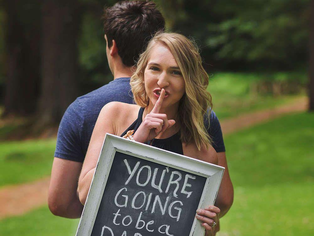 Ehefrau überrascht Mann bei Fotoshooting mit Babyankündigung