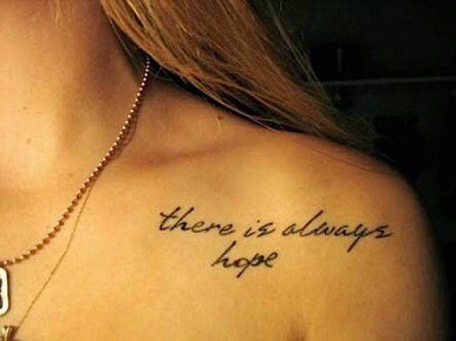 Mujer joven con una frase positiva tatuada en su pecho TATOO