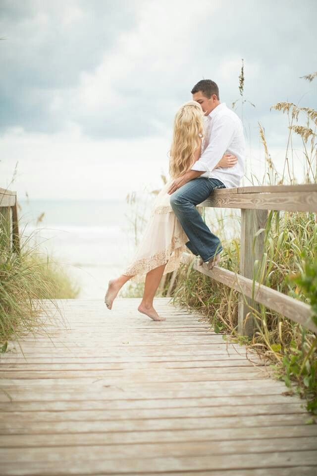 Beachy engagement pictures. #beach #engagement #Cocoa #Florida @surfaceofsavanah