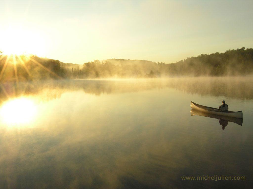 Pêche à la mouche un matin de septembre sur le lac Blanc, Mauricie, Québec.