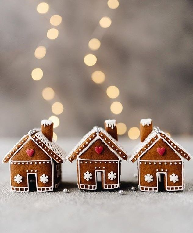 Stunning Gingerbread Houses & Decoration Ideas 2020