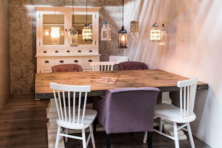 Grote Witte Tafel : Een grote witte kast een grote tafel en verschillende stoelen en