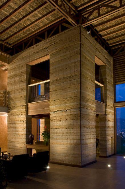Casa posada moreno muros con tapia pisada envuelta en - Casas con estructura de madera ...