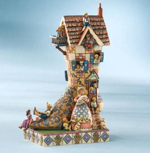 """""""There Was An Old Woman Who Lived In A Shoe, She Had So Many Children 'GUESS SHE DID KNOW WHAT TO DO....""""  de Jim Shore para Enesco. See more at http://www.lacasadelocio.es/"""