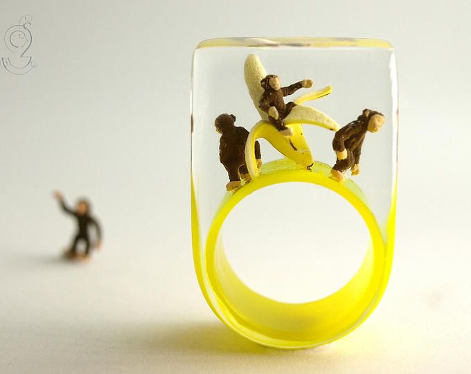 Monkey gang – Droll ape ring with three naughty chimpanzees and a banana on a yellow ring made of resin