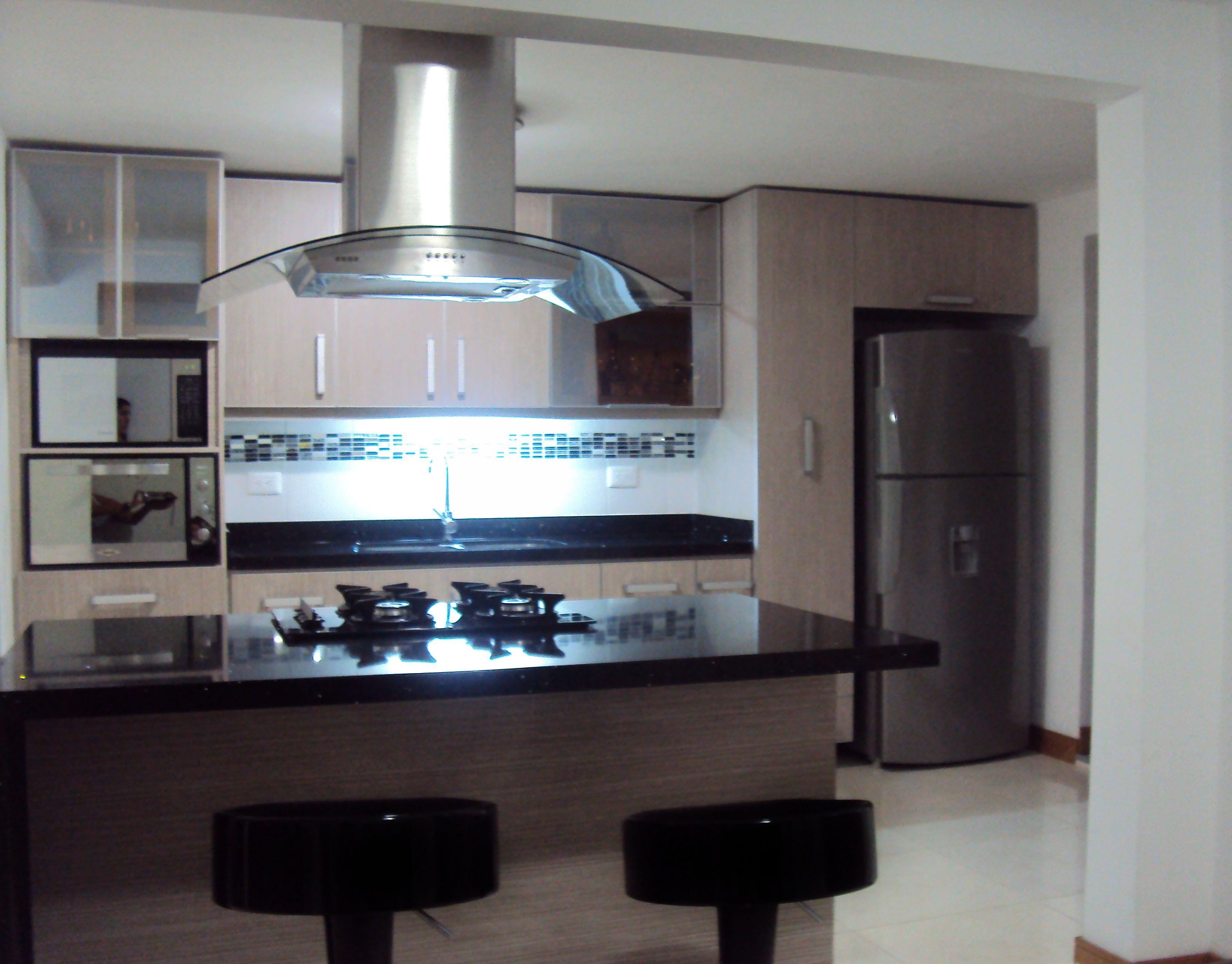 Cocina Color Salvaje Con Isla Meson Negro Stelar
