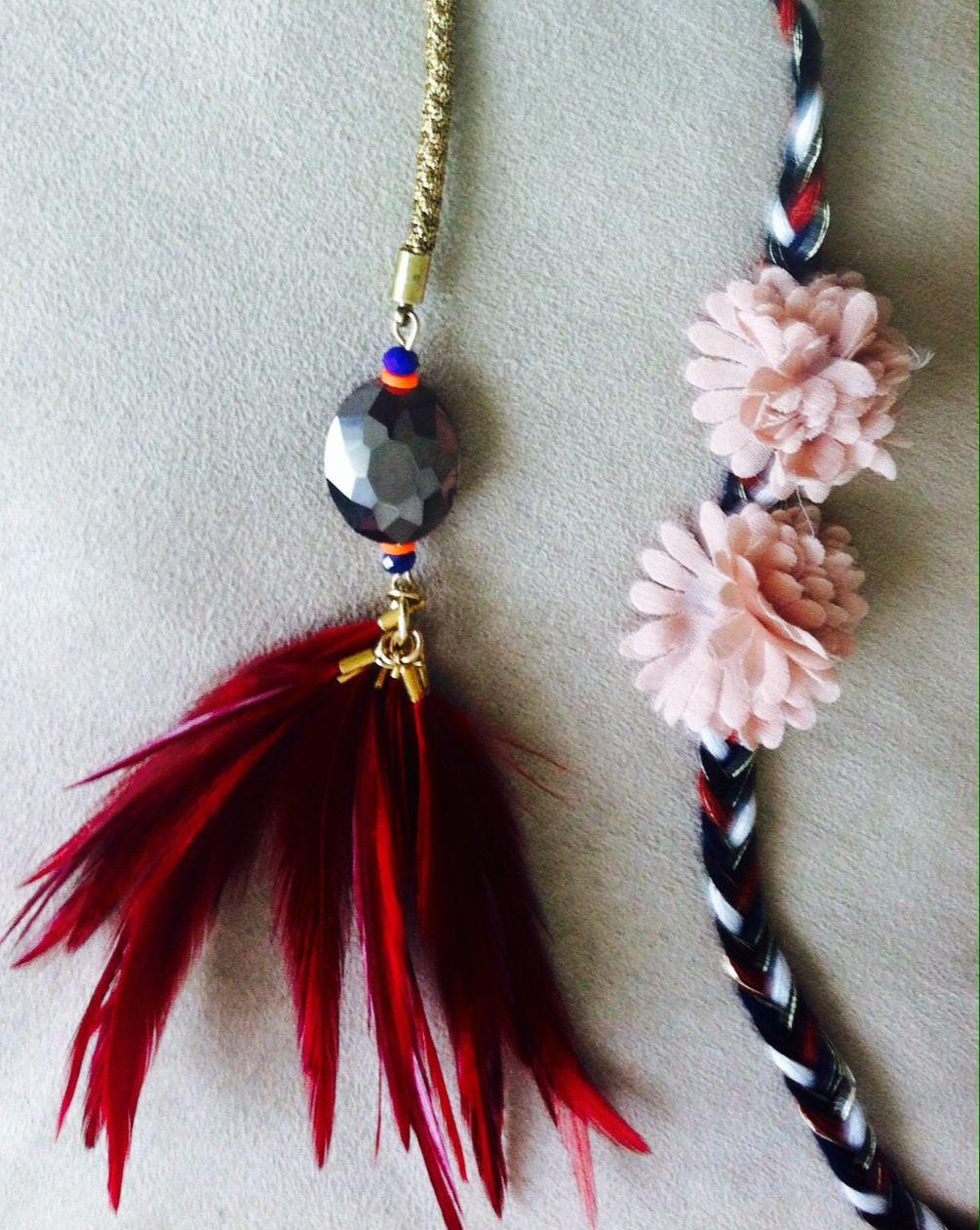a3c2c7e04bd1 Collar largo combinado con flores en rosa pastel y plumas rojas. 20€ REF.  101133-1