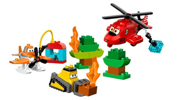 LEGO® DUPLO® - Los Bomberos y los Rescatadores%0d%0aEvita que el incendio continúe propagándose por el bosque con este set LEGO® DUPLO® inspirado en Disney Aviones: Equipo de Rescate. ¡Incluye a Dusty, Blade Ranger, Drip, una estación de carga de agua y otros muchos detalles!