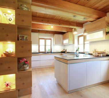 Wohnkuche In Hellgrau Mit Holzelementen In Fichte Kuche Landhaus