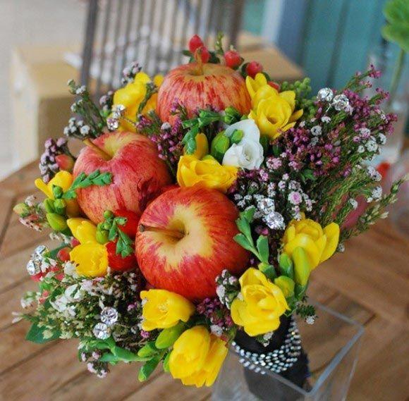 Bokeh Flowers Wedding: Hoa Cưới Cầm Tay Kết Hợp Hoa Anh Thảo Và Táo đỏ