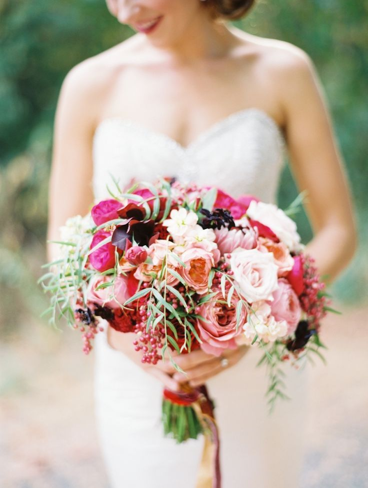 Choosing flowers for wedding bouquet and wedding flower arrangements