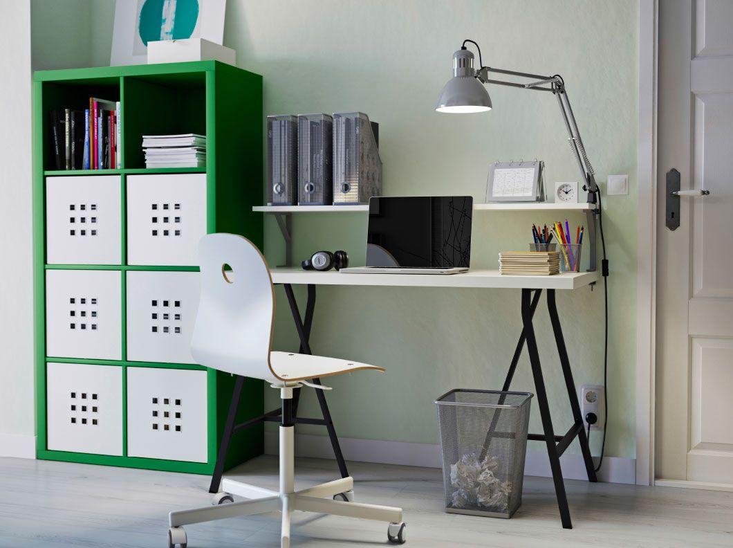 Poste de travail à domicile composé d un rangement kallax vert