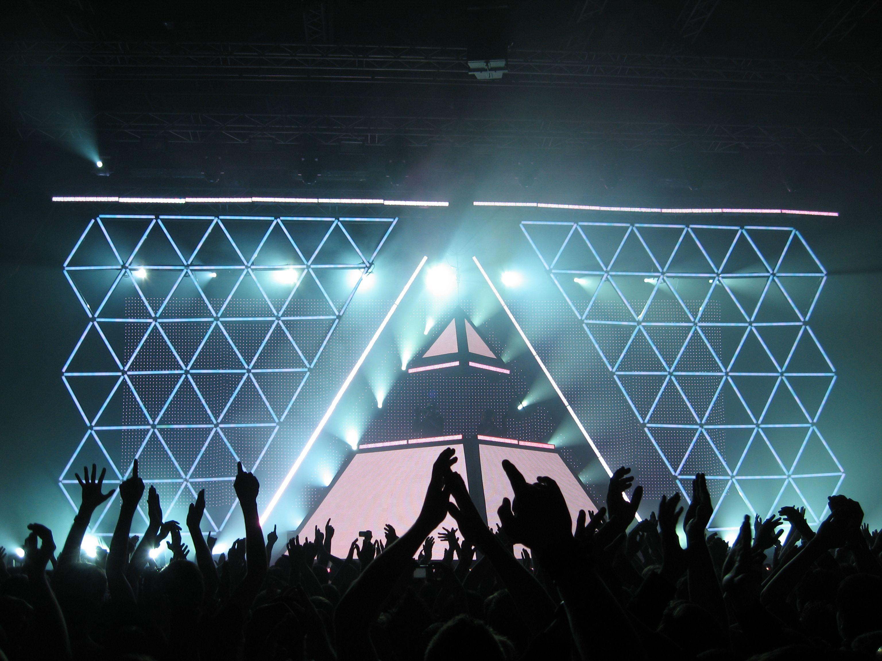 Daft Punk - Alive 2007 - Bercy   Stage design, Church ...