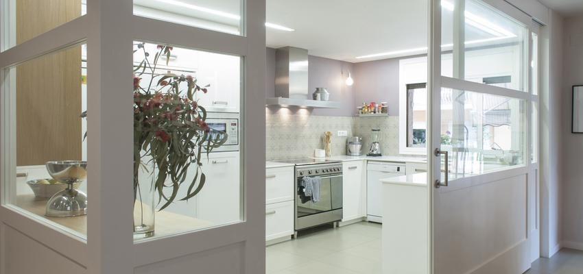 Puerta corredera de cristal en la cocina cocinas - Puerta cocina cristal ...
