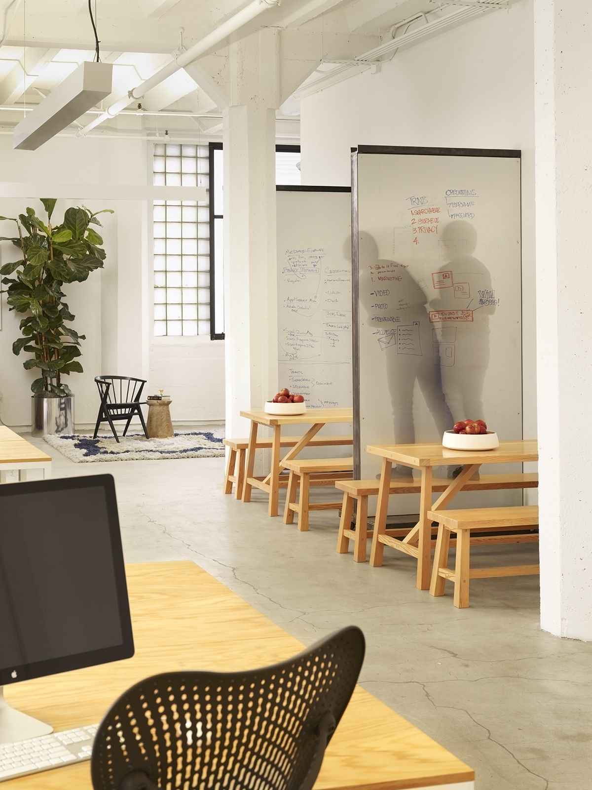 Modernes Büro A Look Inside Hightail S Stylish San Francisco Office Workspaces
