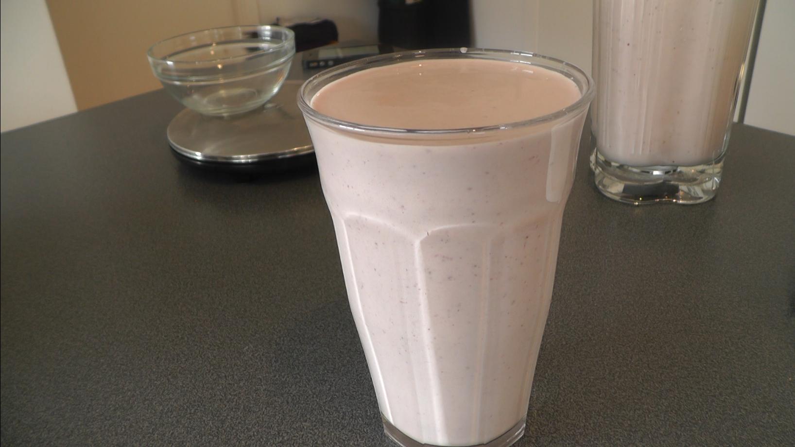 Celestine viser hvordan man laver en lækker tyk protein-milkshake med jordbær. Der bruges proteinpulver i opskriften, for at boose proteinindholdet, så man får et lækker milkshake der kan bruges før eller efter træning.  Proteinpulveret hun bruger stammer fra http://www.bodylab.dk - danskproduceret proteinpulver i kompromisløs kvalitet.  Ingredienser:  40 g BodyLab Whey 100 med vanille 2 dl kokosmælk 100 g Frosne øko-jordbær 10 g Bodylab Strø