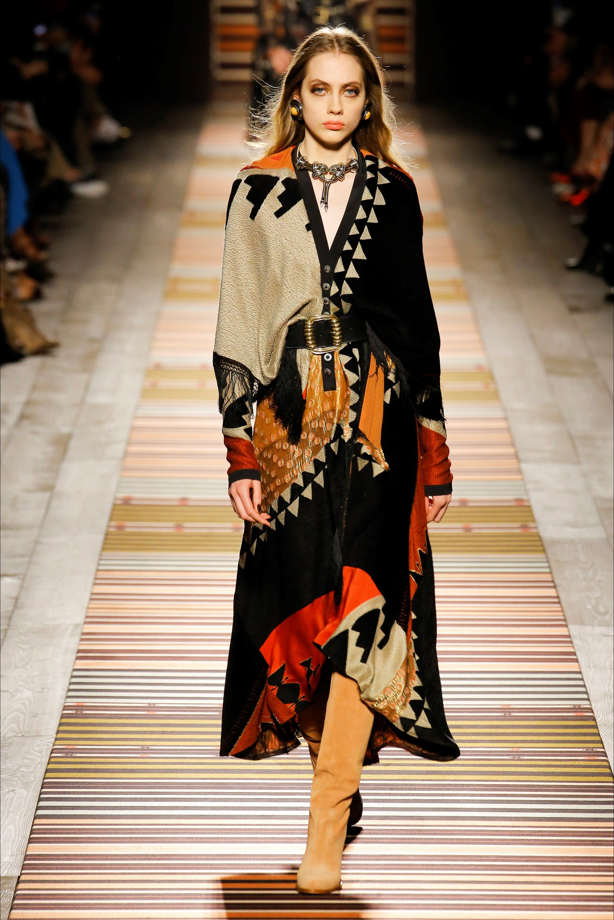 best service d2413 7acaa Guarda la sfilata di moda Etro a Milano e scopri la ...