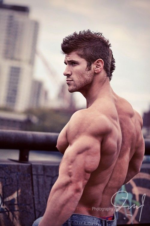 Übungsroutine zum Abnehmen im Fitnessstudio gutaussehende Männer