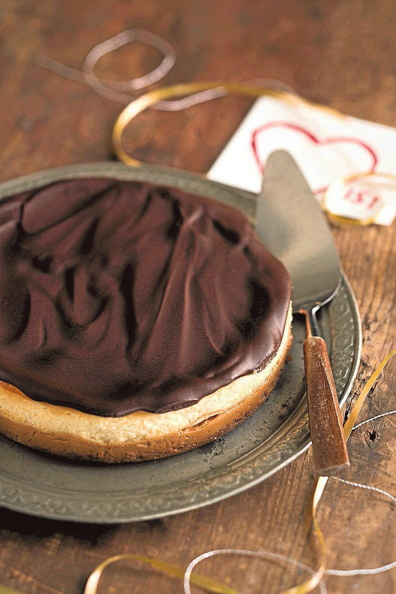 10–12 palaa  Pohja: 200 g digestivekeksejä 70 g voita 1 rkl sokeria  Täyte 1: 1 tlk (397 g) valmista karamellisoitua kondensoitua maitoa (esim. Dovgan)  Täyte 2: 1 vaniljatanko 1½ dl sokeria 1½ dl kuohukermaa 400 g tuorejuustoa 3 munaa  Kuorrutus: 100 g tummaa suklaata (70 %) ½ dl kuohukermaa 1 rkl voita  Pingota leivinpaperi pienen, halkaisijaltaan 20-senttisen irtopohjavuoan pohjalle.