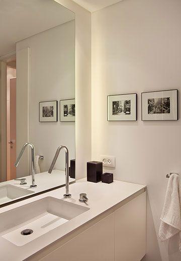בחדר הרחצה אמבטיה שטוחה עם ראש גשם מפנק זה החדר היחיד עם רצפה