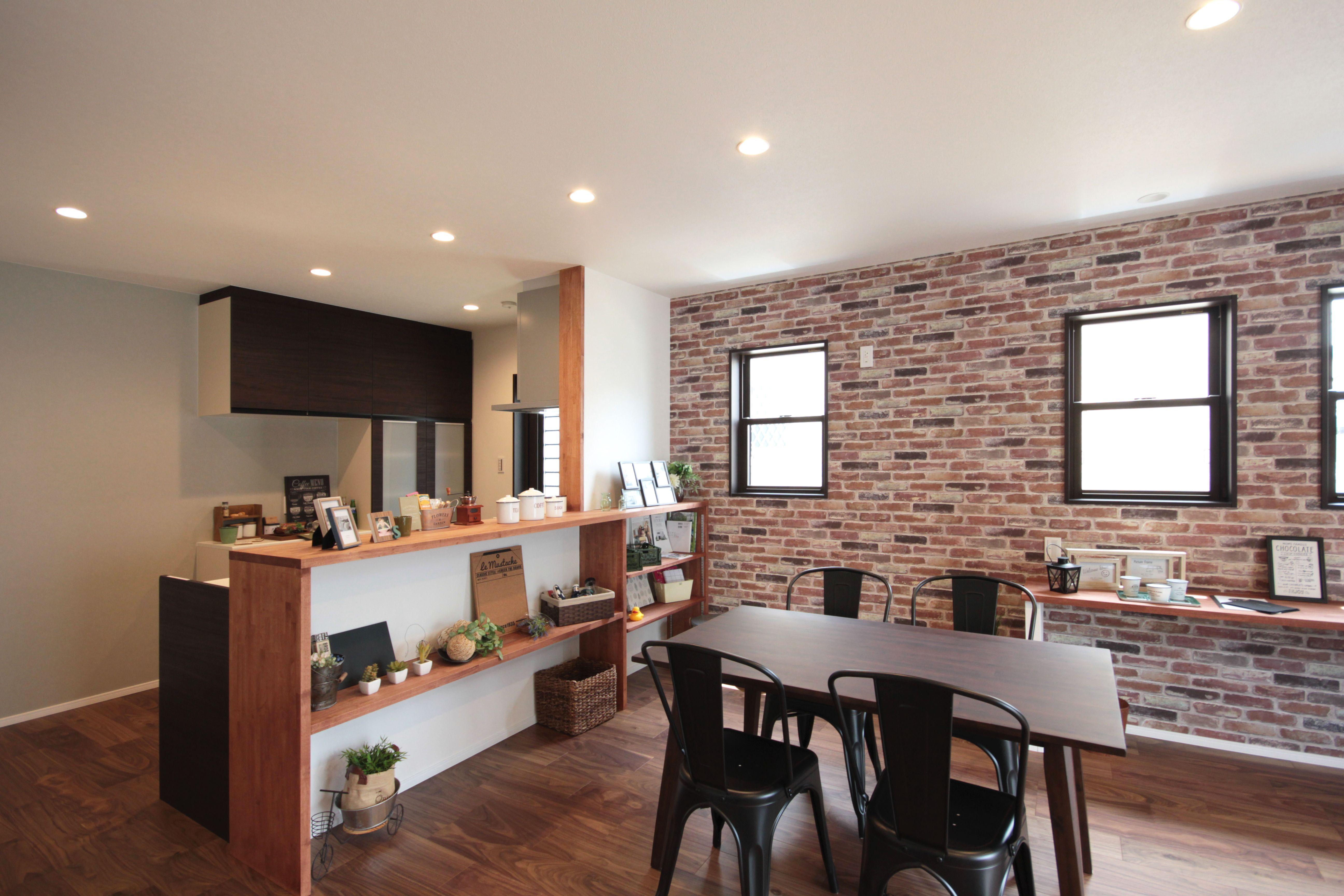 キッチンカウンター下は飾り棚 収納スペースの他 小物を飾ればお部屋