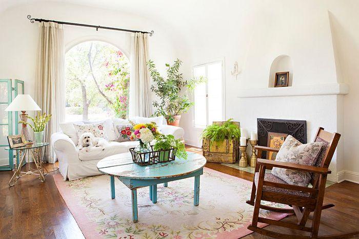shabby chic wohnzimmer, pastellfarben, holzmoebel, sofa in weiss