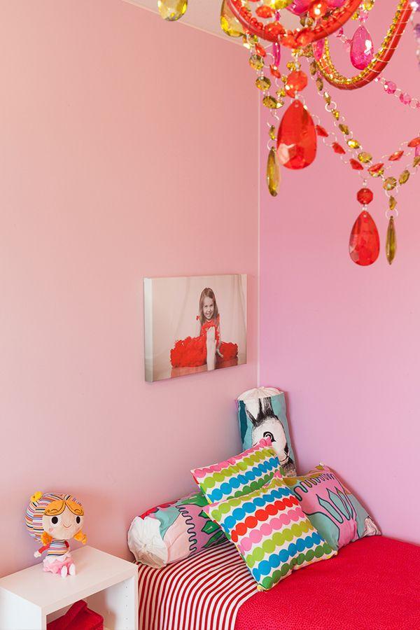 Suloinen lastenhuone on viimeistelty Tikkurilan Harmony-maalilla, sävyt J338, H339 ja F458 #asuntomessut #harmony # tikkurila #sisustus #sisämaalaus #maalaus #trendit #efektiseinä #lastenhuone #pinkki #vaaleanpunainen #uniikki